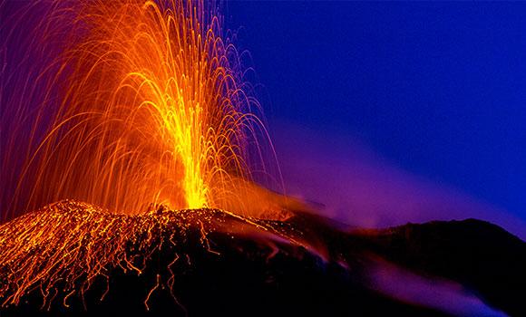 Ausbrechender Vulkan