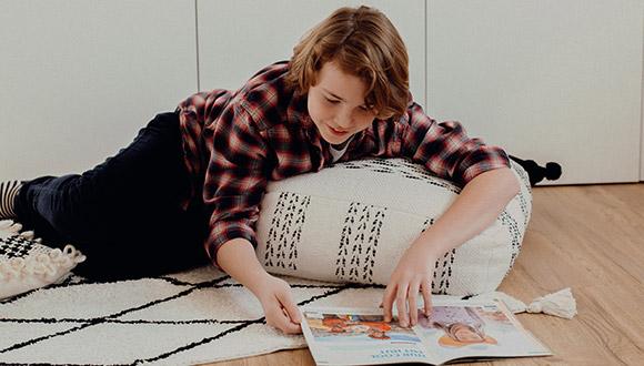 Junge lernt Textbild Experteninterview Lernen